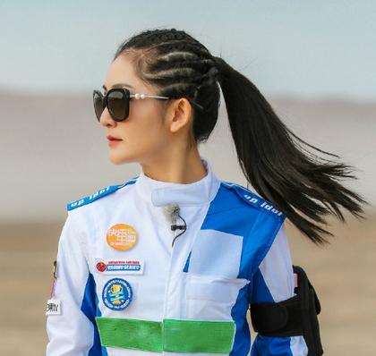 谢娜刘海编发发型图片 搭配高扎发蜈蚣辫