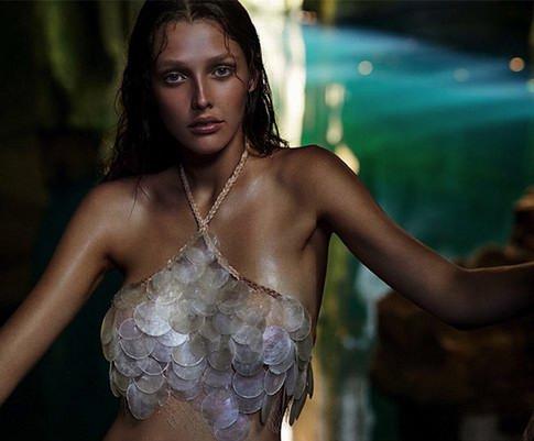 模特Bella Brown演绎完美岛屿度假风尚