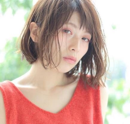 蜂蜜色头发发型图片 和短发搭配