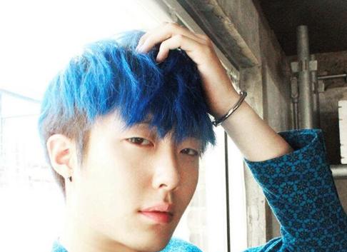 男生染什么颜色头发好看 M字刘海深蓝色浅蓝色很张扬